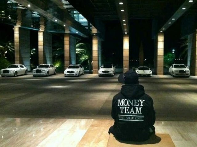 he-has-two-fleets-of-luxury-cars-including-a-290000-bentley-all-his-cars-at-his-miami-house-are-white-and-the-cars-at-his-vegas-house-are-black